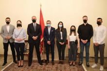 <p>Предсједник Ђукановић са студентима</p>