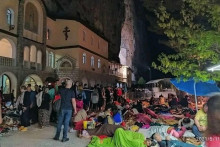 <p>Вјерници вечерас код манастира</p>