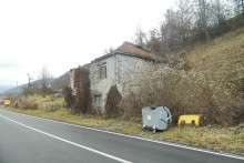 <p>Једна од бројних напуштених кућа у Мирину</p>