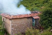 <p>Сагорјела кућа у пожару</p>