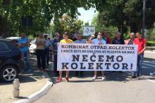 <p>Протест житеља Ботуна испред Владе</p>