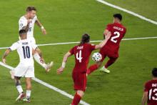 <p>Тренутак када је Инсиње постигао други гол за домаћине</p>