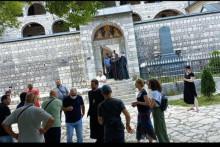 <p>Окупљени грађани испред манастира</p>