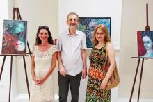 <p>Емер О`Брајан, Милинко Јеловац и Катарина Сингидунум испред рада који је поклоњен галерији</p>