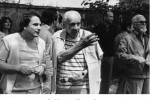 <p>Са Миланом Коњовиће пред бистом Вељка Петровића 1984.г</p>