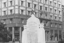 <p>Споменик црвеноармејцима на Тргу републике који је касније уклоњен</p>