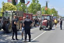 <p>Сточари три пута долазили са тракторима пред Скупштину</p>