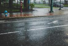 <p>Мокри коловози, илустрација</p>