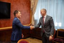 <p>Максим Вучинић и амабсадор Урбан</p>