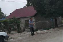 <p>Милош Тошковић покушава да сузбије прашину</p>