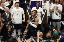 <p>Јанис слави НБА прстен</p>