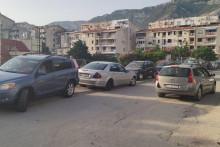 <p>Сутоморе лош примјер, смеће на све стране, непрописно паркирање...</p>