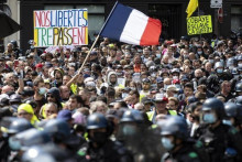 <p>Масовни протести против ковид пропусница у Француској</p>