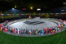 <p>Спортисти на центру стадиона</p>