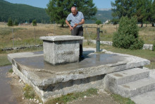 <p>Милинко Паповић поред стублине из које се снабдијевају водом</p>