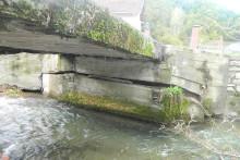 <p>Оштећени мост у центру МЗ Калудра</p>