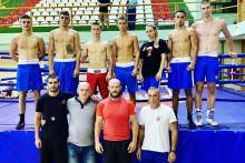 <p>Млади црногорски боксери са тренерима и селектором</p>