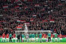 <p>Мађарски навијачи са фудбалерима</p>