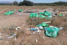 <p>Mbeturinat në prapatokën e Plazhit të Madh</p>