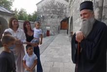 <p>Сусрет у манастиру</p>