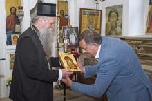 <p>Митрополит Јоаникије и Милорад Додик у манастиру Ждребаоник</p>