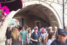 <p>Излетници на улазу у Стари град</p>