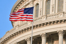 <p>Застава САД испред зграде Капитола у Вашингтону</p>