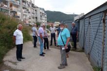 <p>Пензионери на локацији на којој би требало да се гради зграда за њих</p>