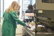 <p>Стручњаци ИЈЗ у лабараторији</p>