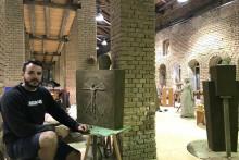 <p>Никола Балевић у Кикинди са својим радом</p>