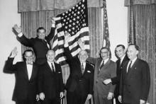 <p>Мајк Степовић (први ред други здесна) прославља проглашење Аљаске за државу 3. јануара 1959.</p>