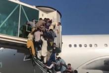 <p>Авганистанци покушавају да напусте земљу</p>