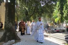 <p>Са литије око Цркве у Шкаљарима</p>