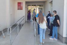 <p>Пацијенти испред подгоричког Дома здравља (архива)</p>
