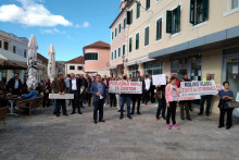 <p>Протест бивших радника Вектре Бока на тргу</p>