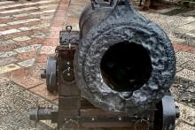 <p>Оштећени топ на вратима града Котора</p>